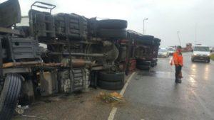 Saquearon un camión con útiles escolares volcó en Circunvalación • Canal C