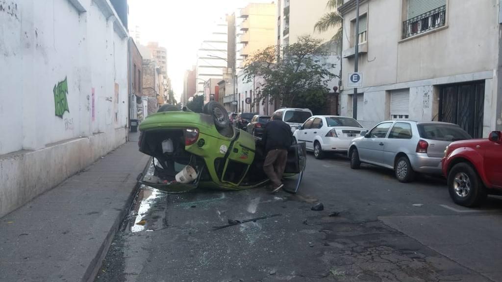 Chocó y volcó en pleno centro de Córdoba • Canal C
