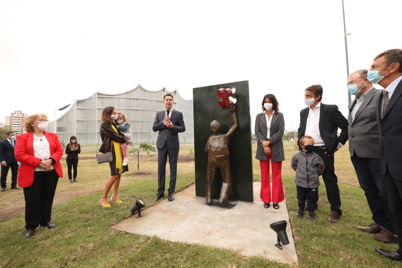 Inauguran escultura por los derechos de las personas con Síndrome de Down • Canal C